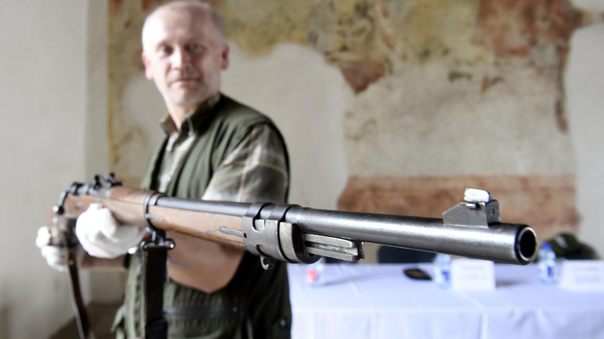 Historik Východočeského muzea Jan Tetřev ukazuje jednu z devíti pušek Mauser