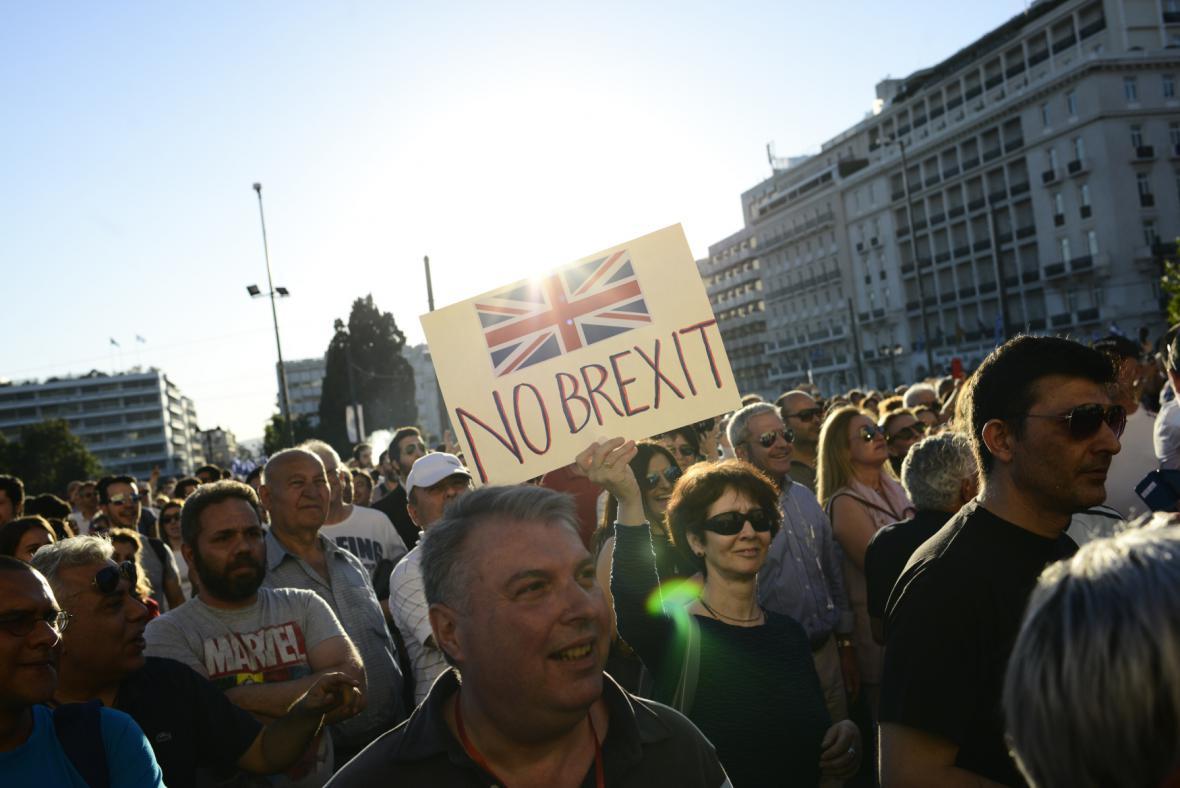 Britské referendum o brexitu hýbe Evropou i celým světem. Na snímku mladí podporovatelé spojení Británie s Evropskou unií před Braniborskou bránou v Berlíně.