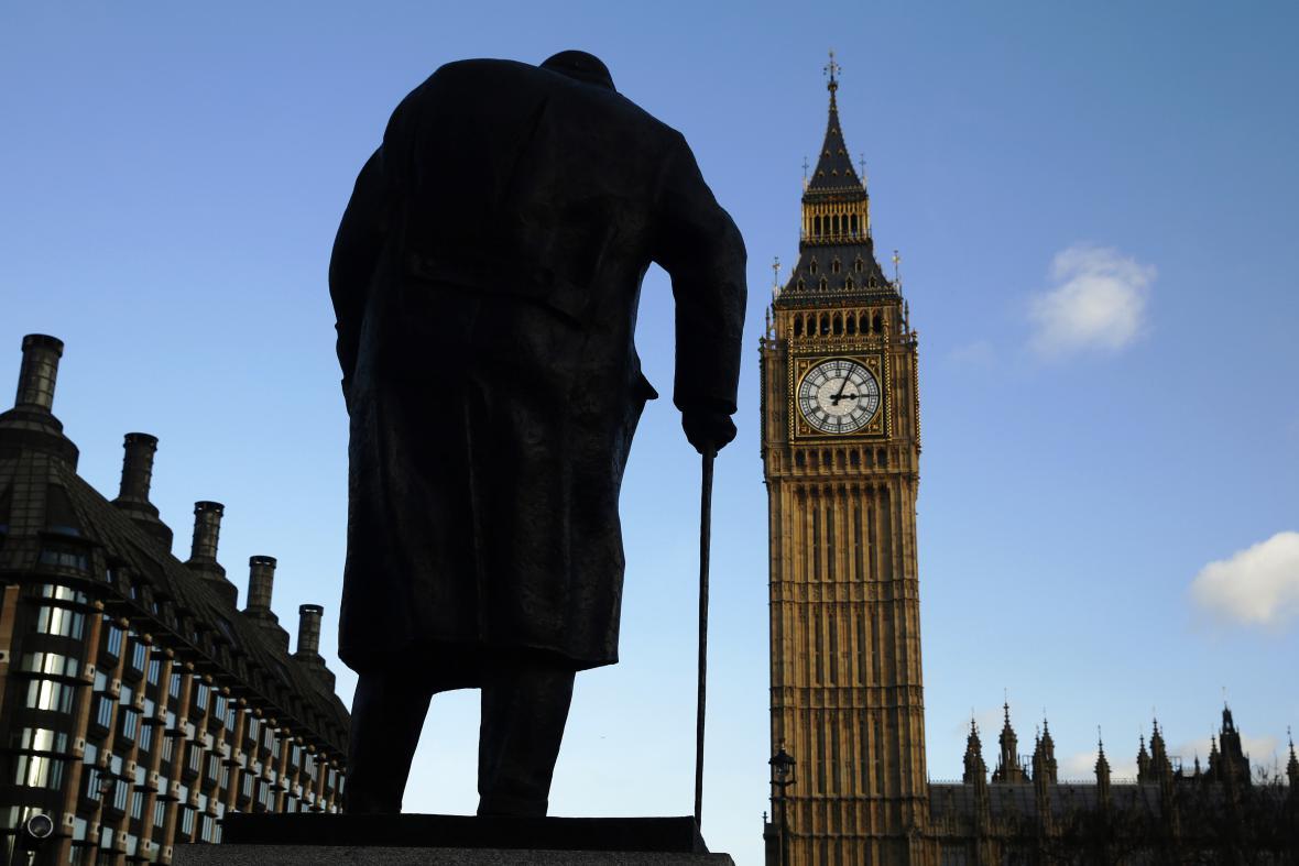 Socha Winstona Churchilla na náměstí před parlamentem