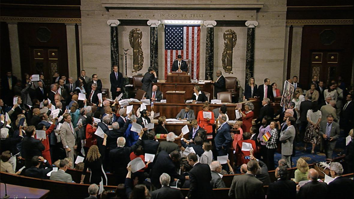 Demokraté žádající zákon o zbraních obsadili americký Kongres