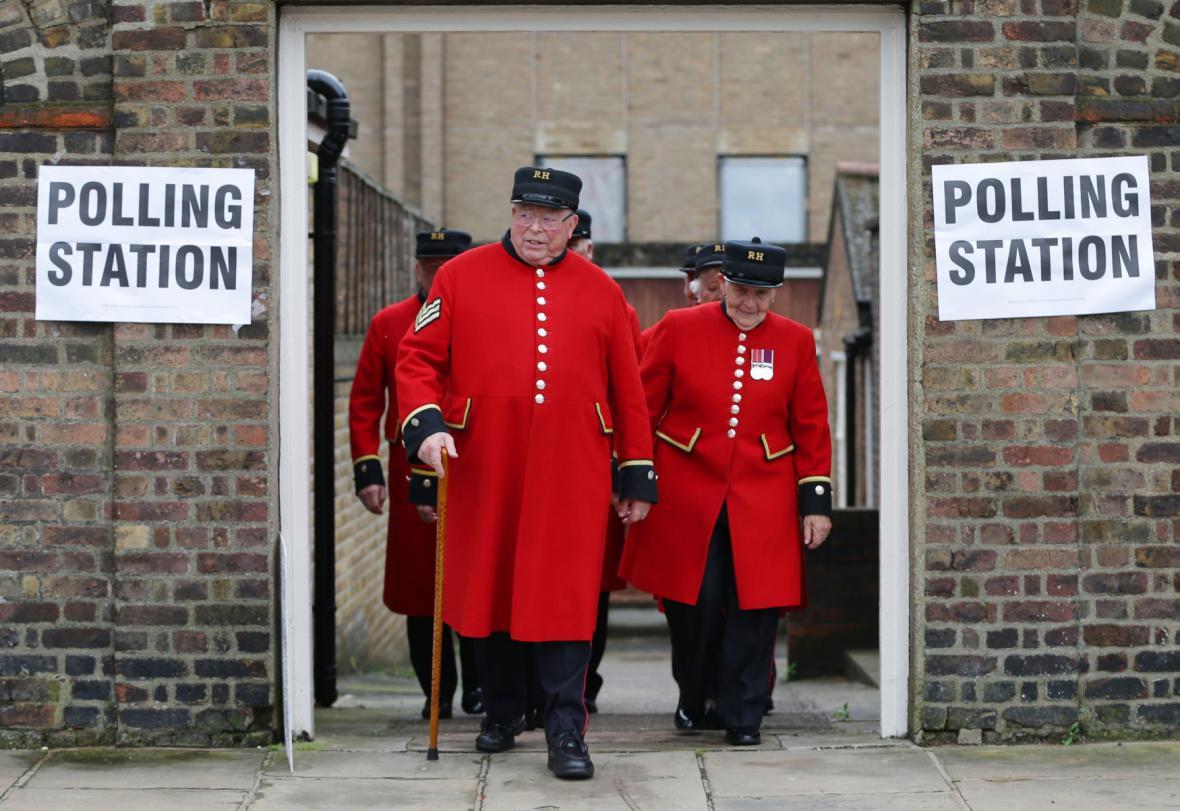 Británie se ponořila do referenda o osudu své země. Titulní strany všech domácích a mnoha světových listů otevírá Brexit.