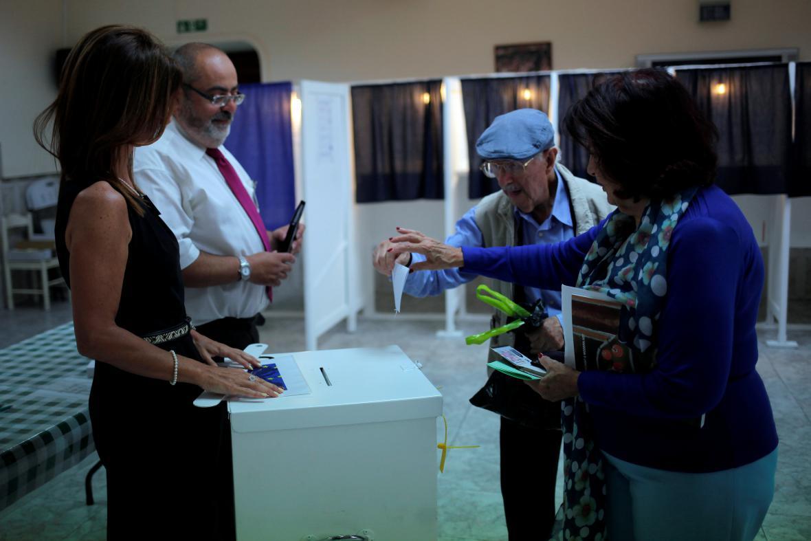 Hlasovací místnosti na mnoha místech hlásí vysokou účast