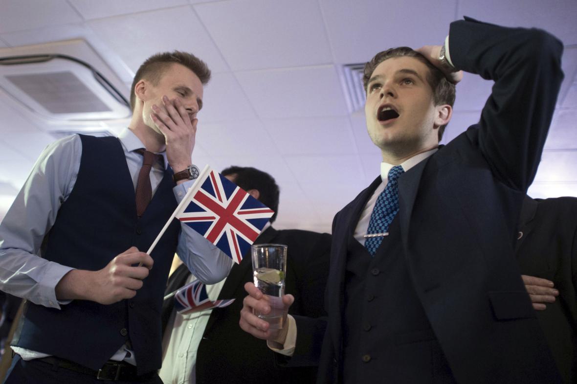 Příznivci brexitu v Londýně sledují výsledky sčítání hlasů