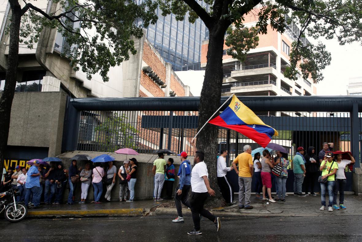 Lidé v Caracasu čekají ve frontě na otisky prstů k ověření podpisů pod peticí