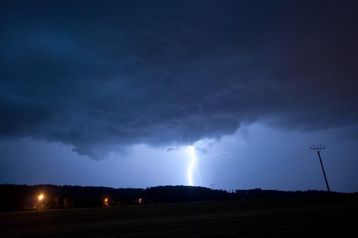 Intenzivní bleskový výboj typu oblak-země. Pozorováno z Kateřinic (okr. Nový Jičín) v čase 3:35.