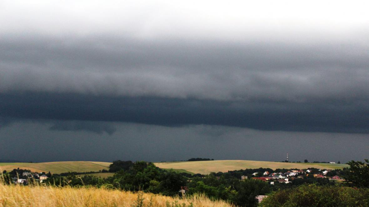 Dopolední bouřka a chelf nad Poodřím na Novojičinsku