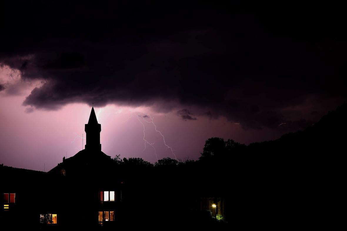 Bouřka v Hýskově, okr. Beroun ve 22:18