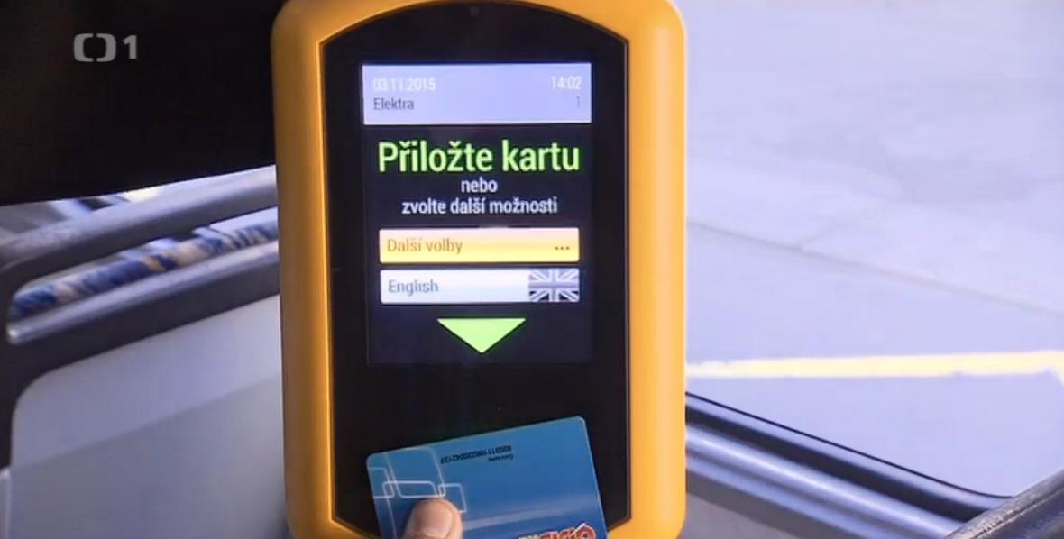 Cestující zaplatí v MHD kartou.