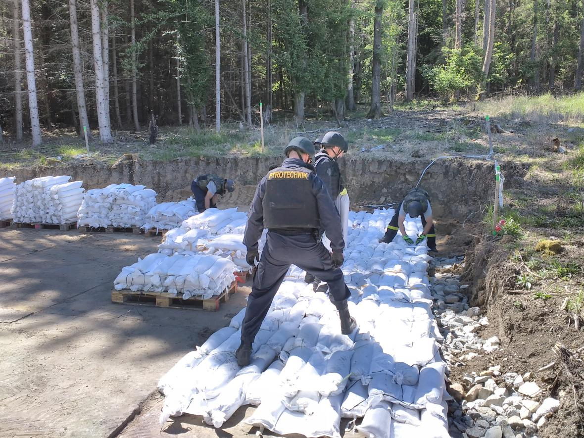 Přípravné práce v epicentru výbuchu ve Vrběticích