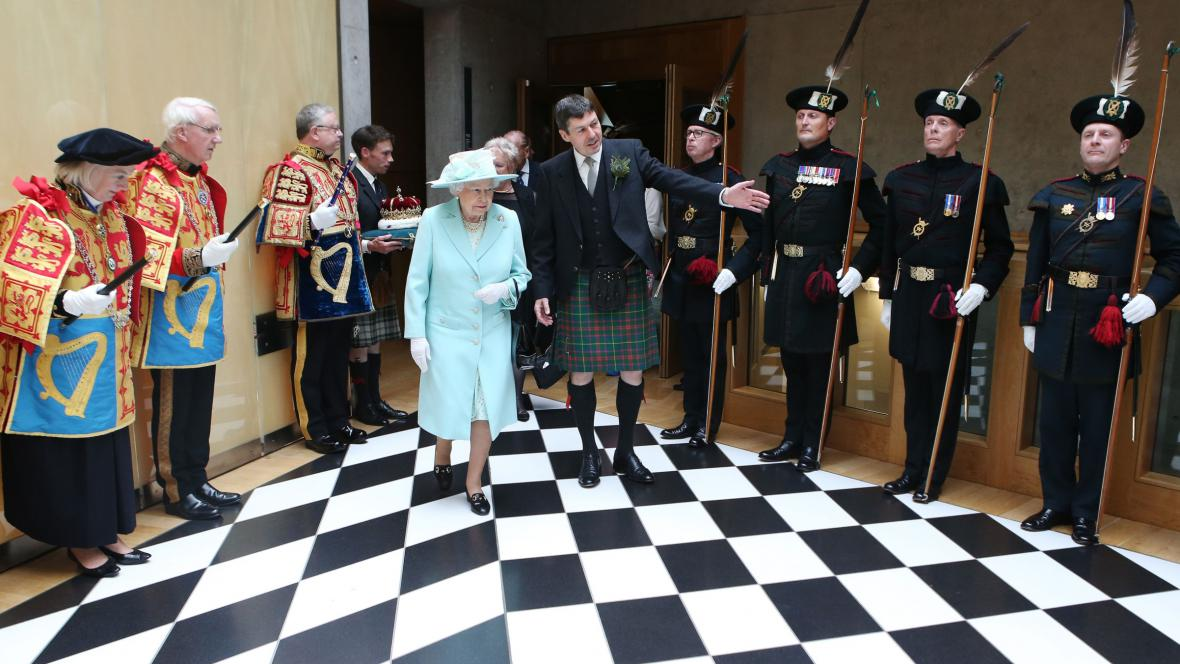 Alžběta II. v budově skotského parlamentu