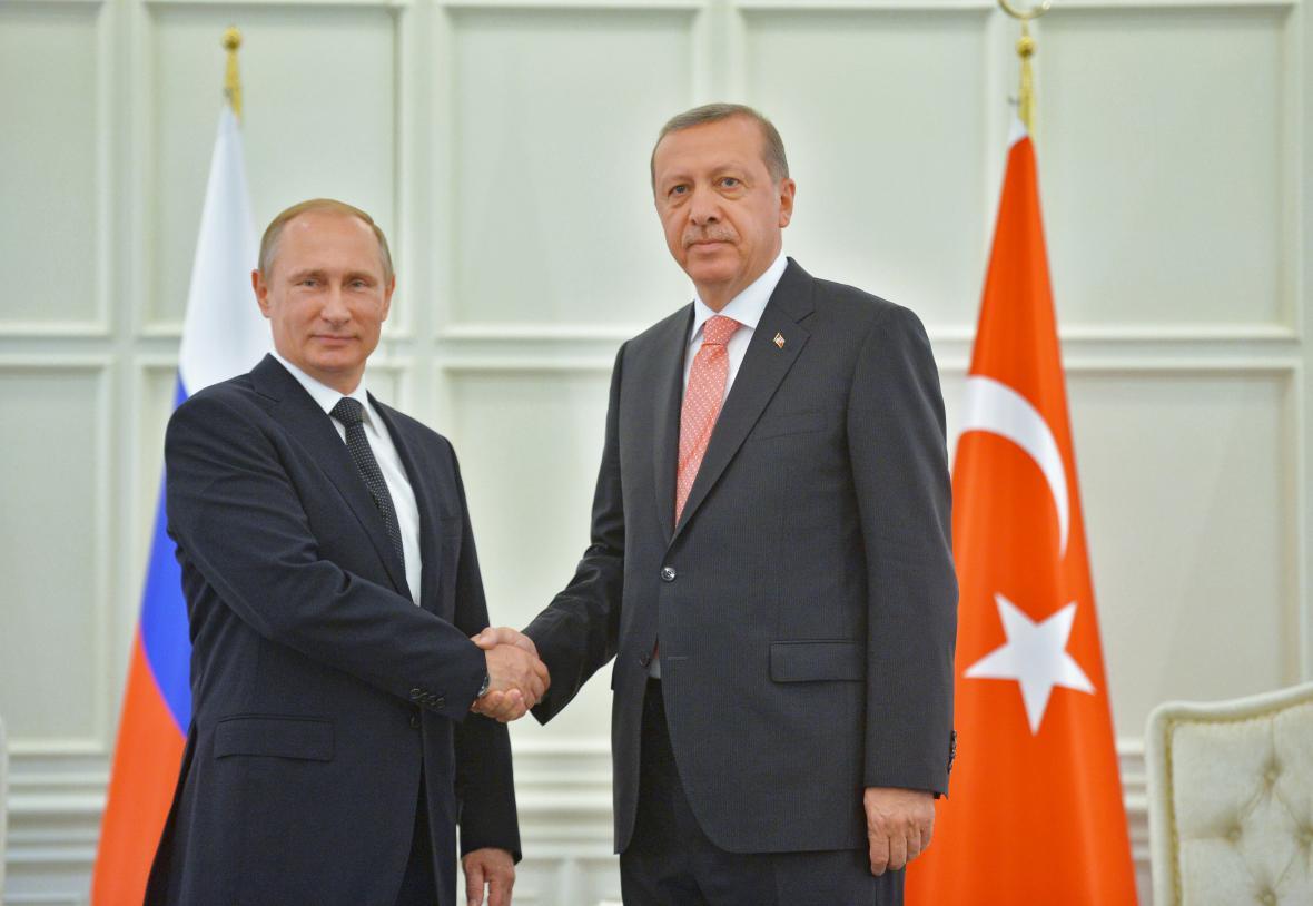 Rusko-turecké vztahy jeví známky oteplení. Prezidenti Putin a Erdogan při jednání v červenci 2015.
