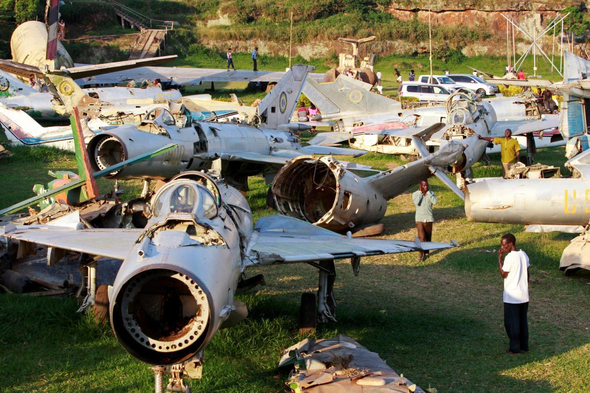 Trosky strojů ugandské armády zničených v rámci operace Entebbe