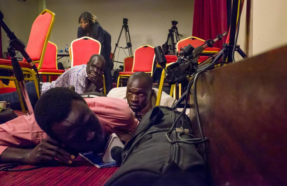 Novináři leží na zemi po střelbě na prezidentský palác v Jižním Súdánu