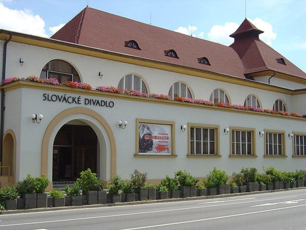 Hlavní sál Slováckého divadla změní obložení