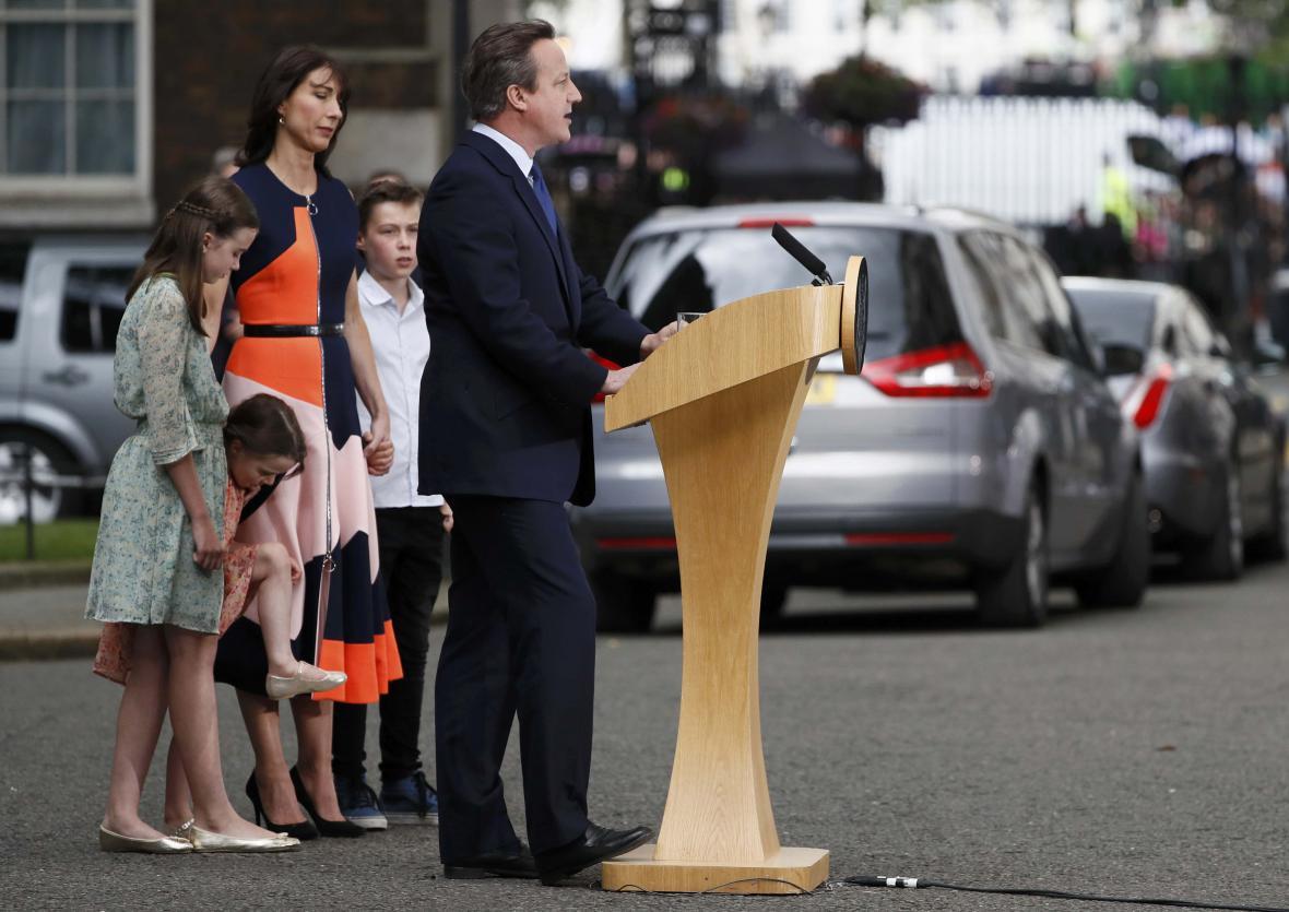 Cameron s rodinou naposledy před Downing Street 10
