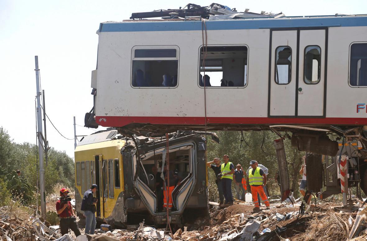 Následky tragické srážky vlaků v jižní Itálii