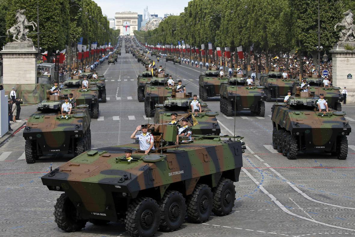 Vojenská přehlídka u příležitosti výročí pádu Bastily