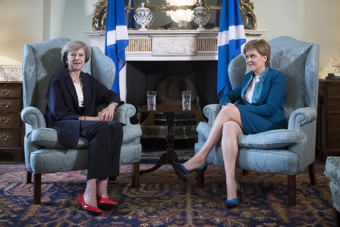 Theresa Mayová a Nicola Sturgeonová