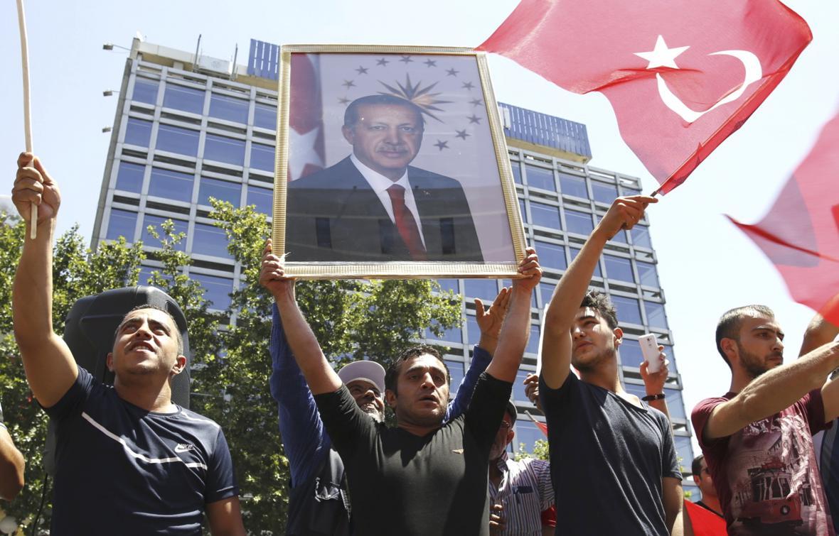 Příznivci vlády v ulicích