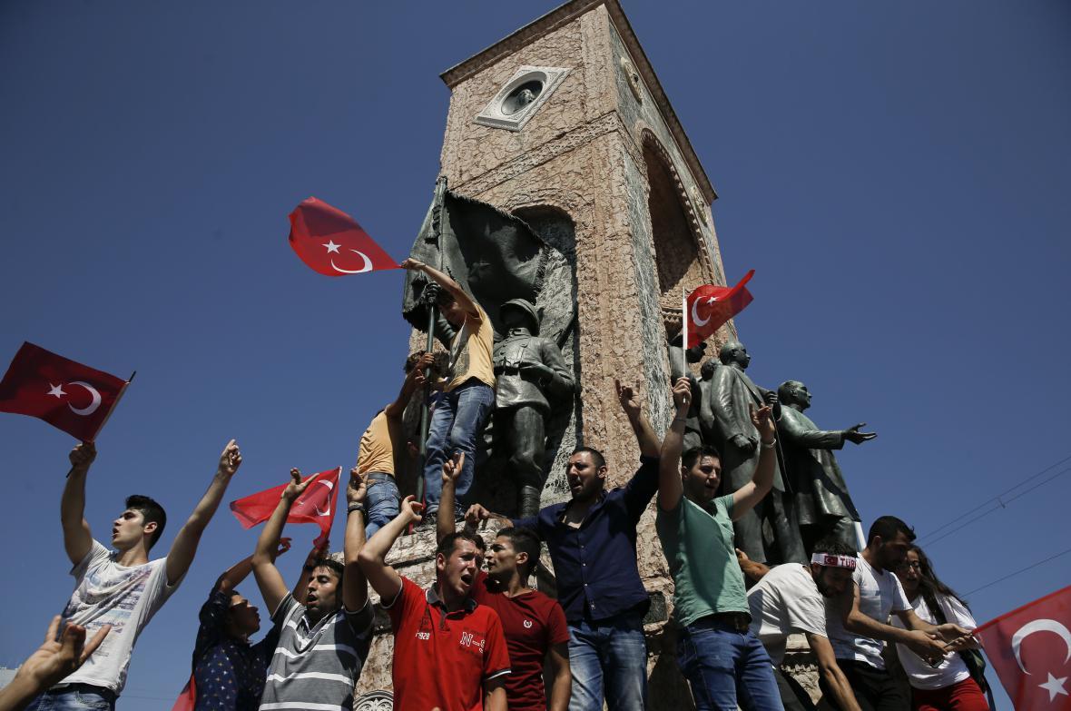 Příznivci prezidenta slaví zmaření převratu