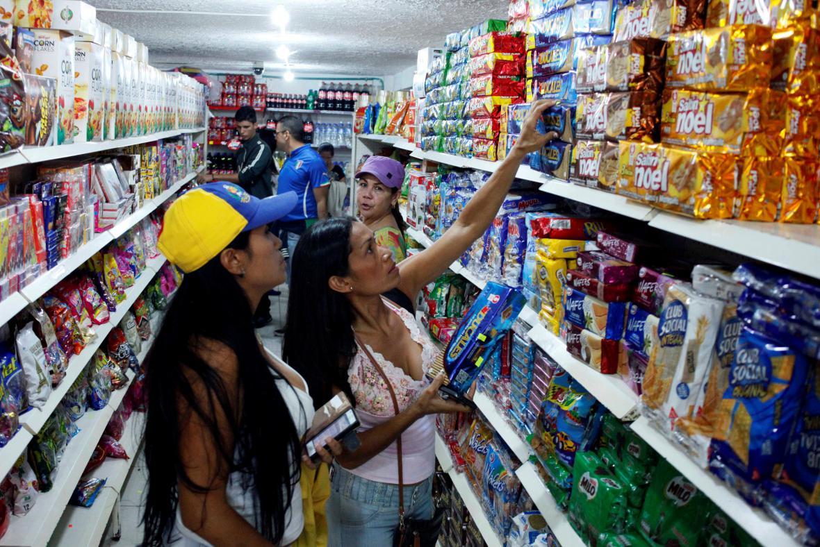 Hladoví Venezuelané vyrazili do Kolumbie na nákup