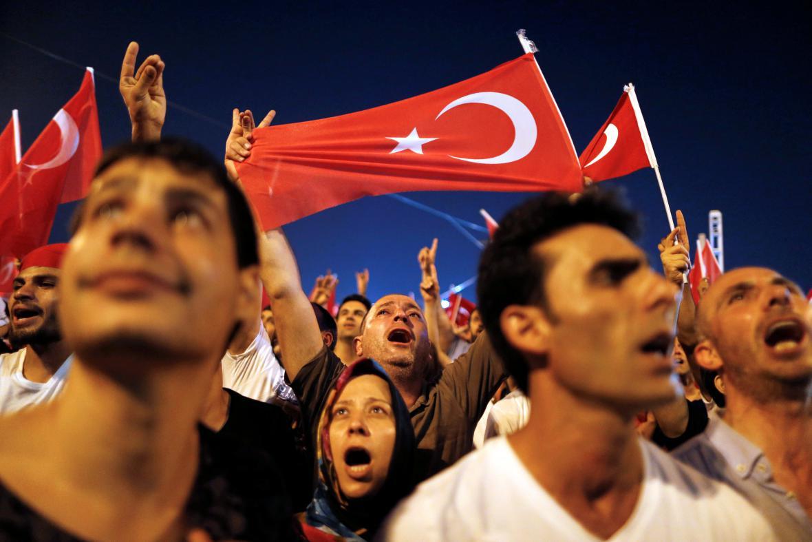 Podporovatelé tureckého prezidenta Erdogana vyrazili do ulic