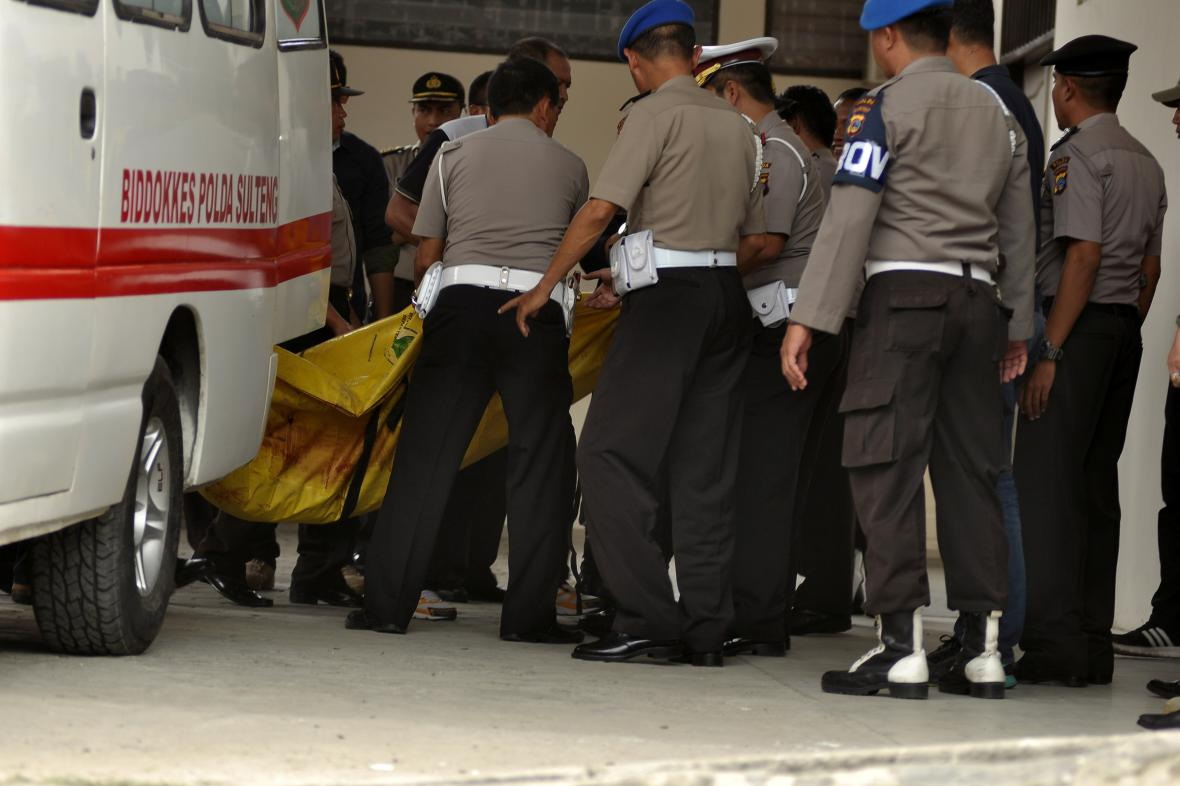 Indonéská policie přenáší pytel s údajnými ostatky teroristy Santosa
