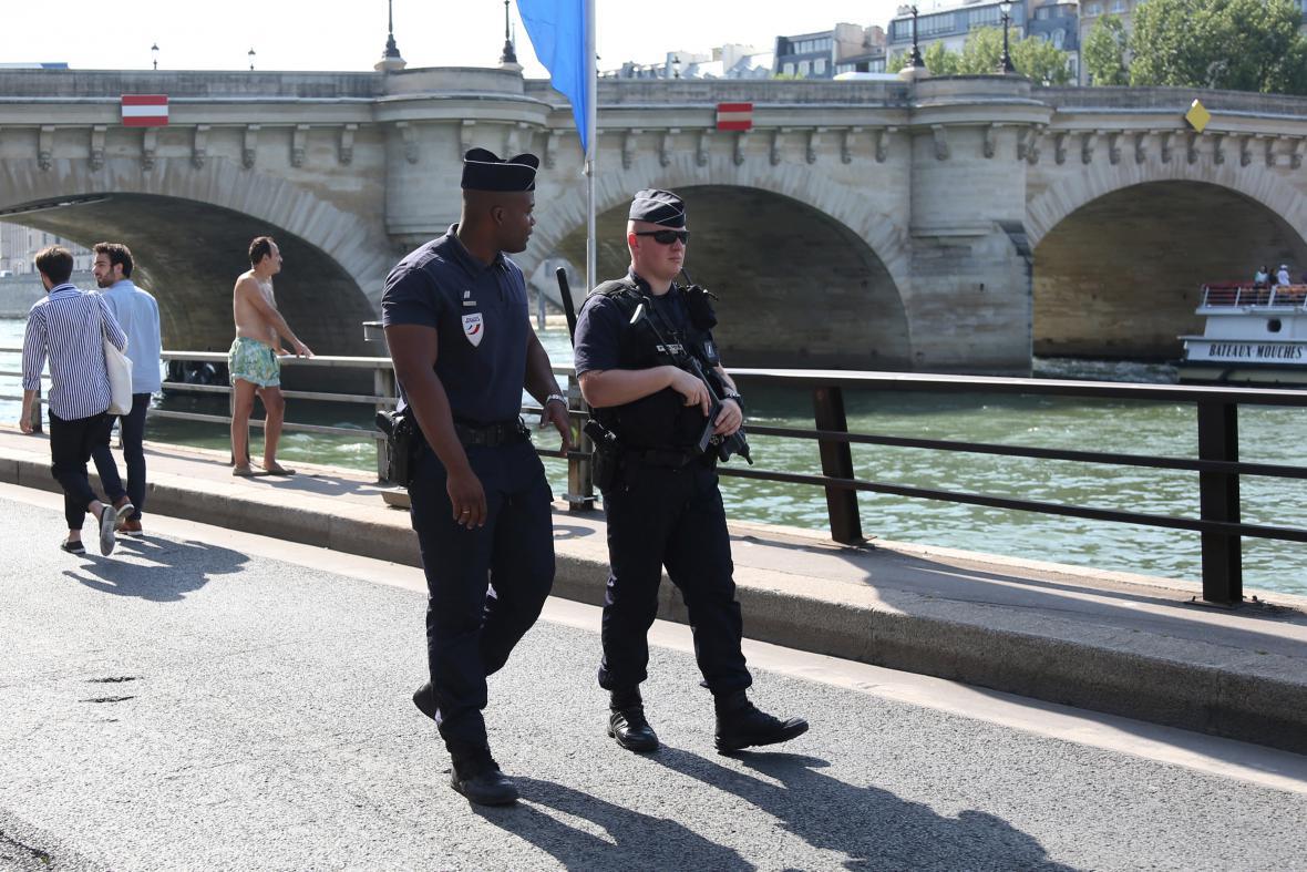 Policisté na nábřeží Seiny v Paříži