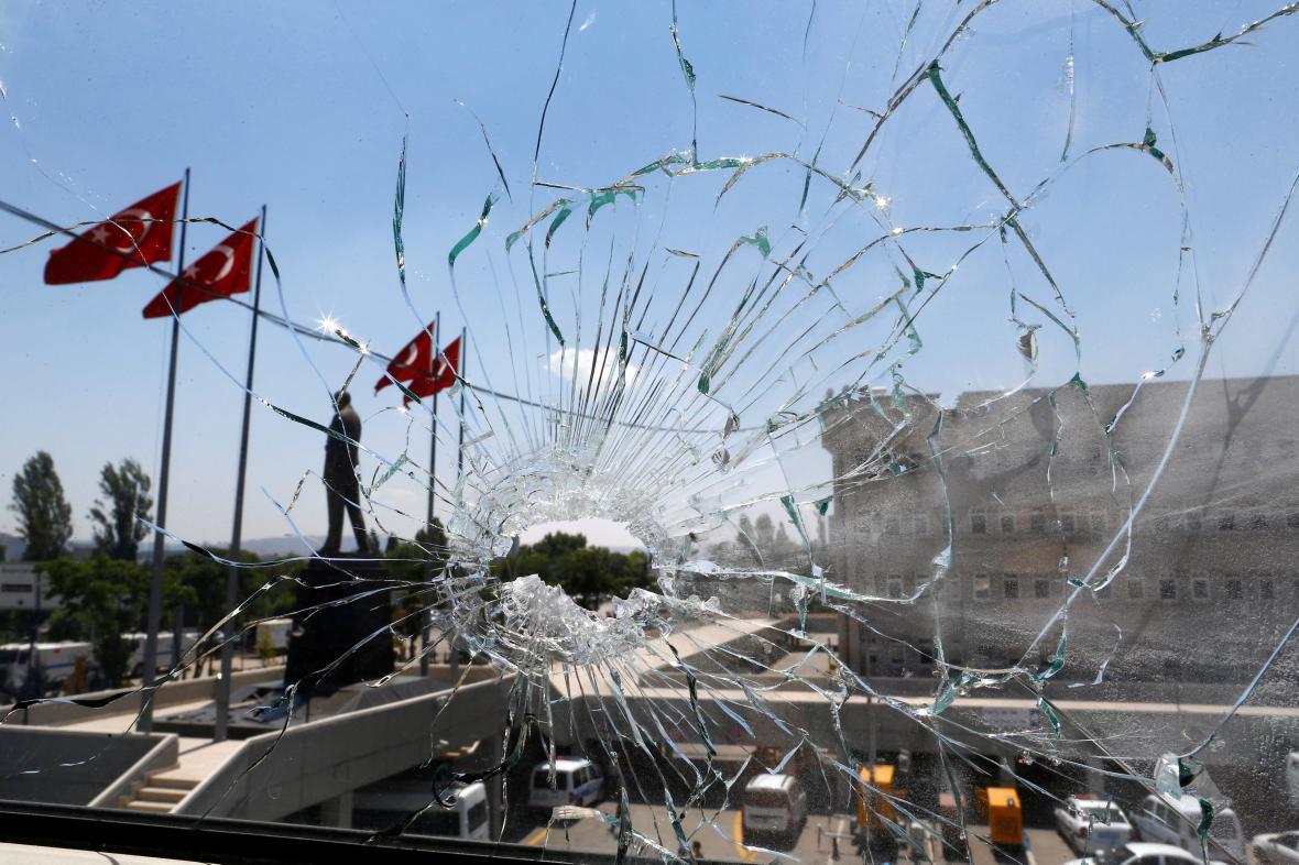 Poškozená budova policejního velitelství v Ankaře