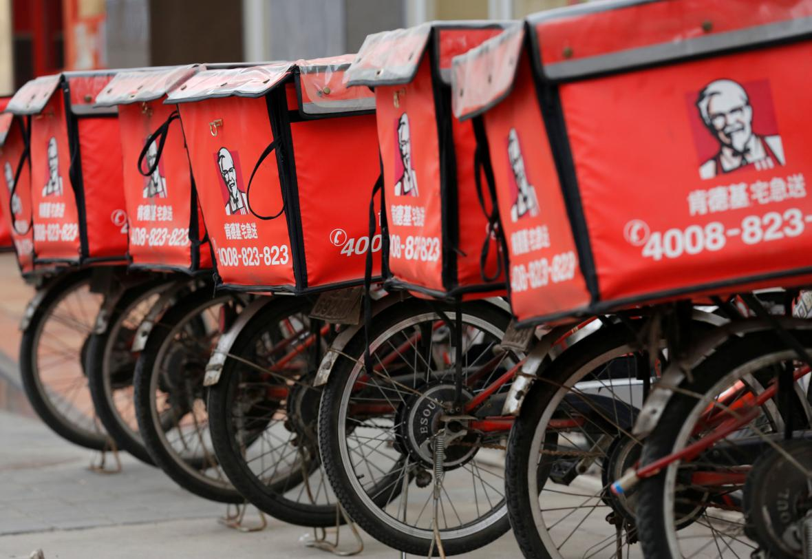Kola pro rozvoz před pobočkou KFC v Pekingu