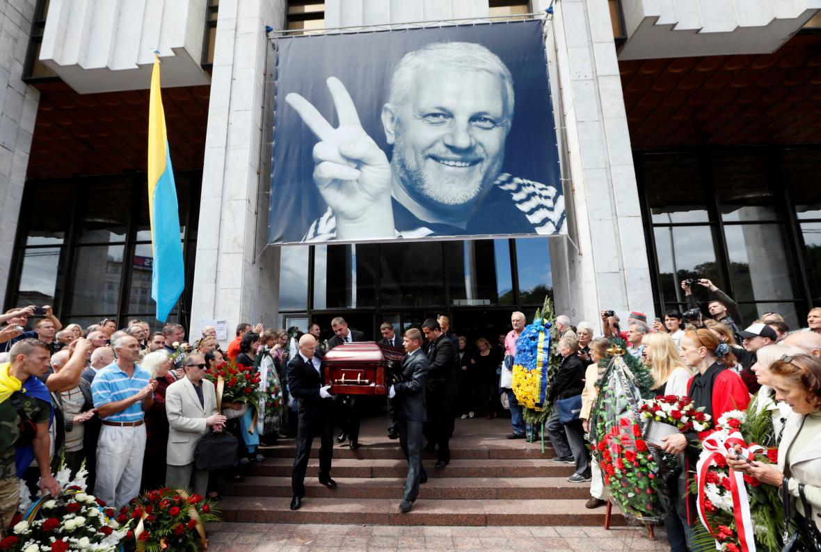 Poslední rozloučení se zabitým novinářem Pavlem Šeremetem