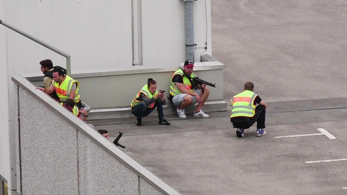 Policejní jednotky na střeše nákupního centra Olympia