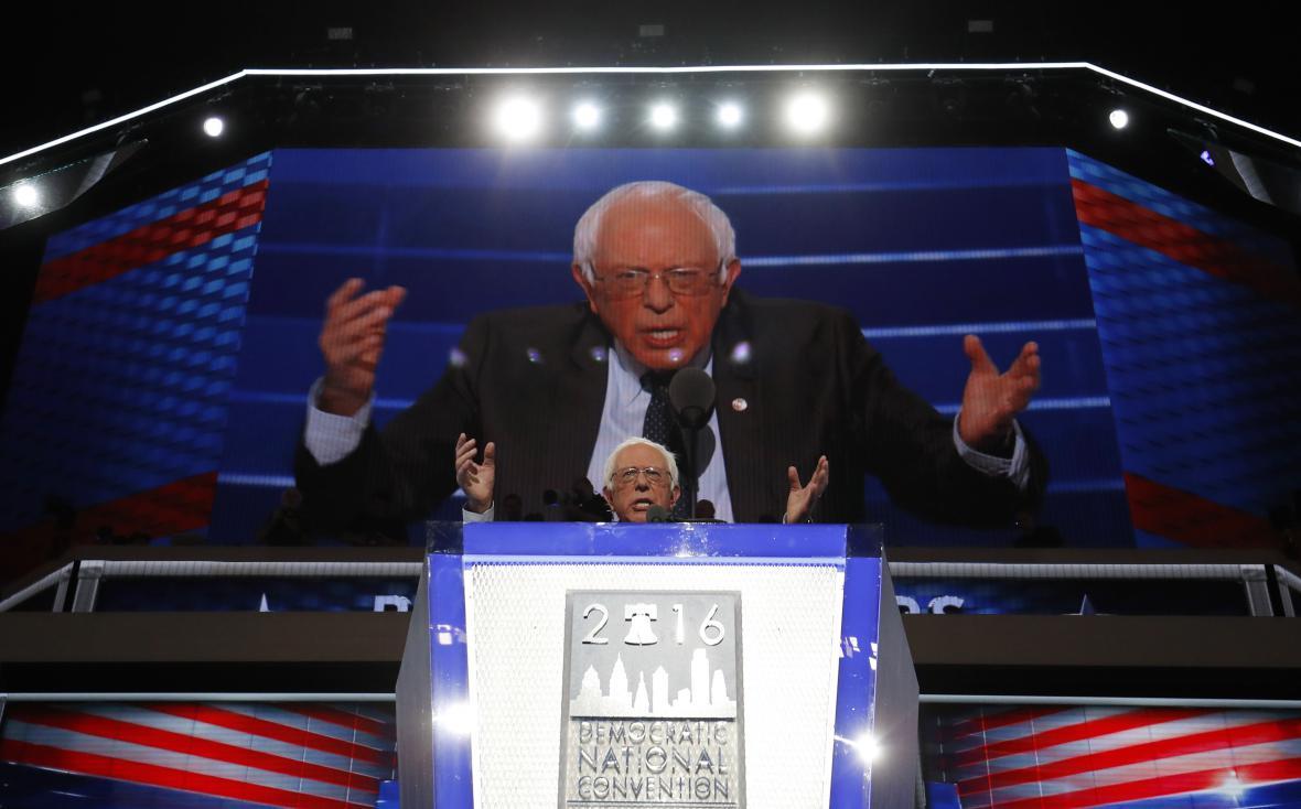 Bernie Sanders se jasně postavil za svou někdejší sokyni v primárkách