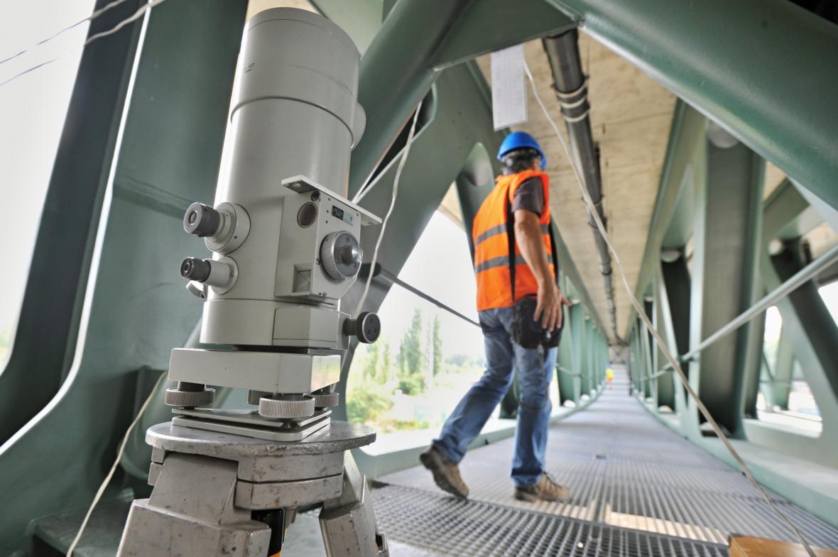 V Plzni testovali mosty parními lokomotivami