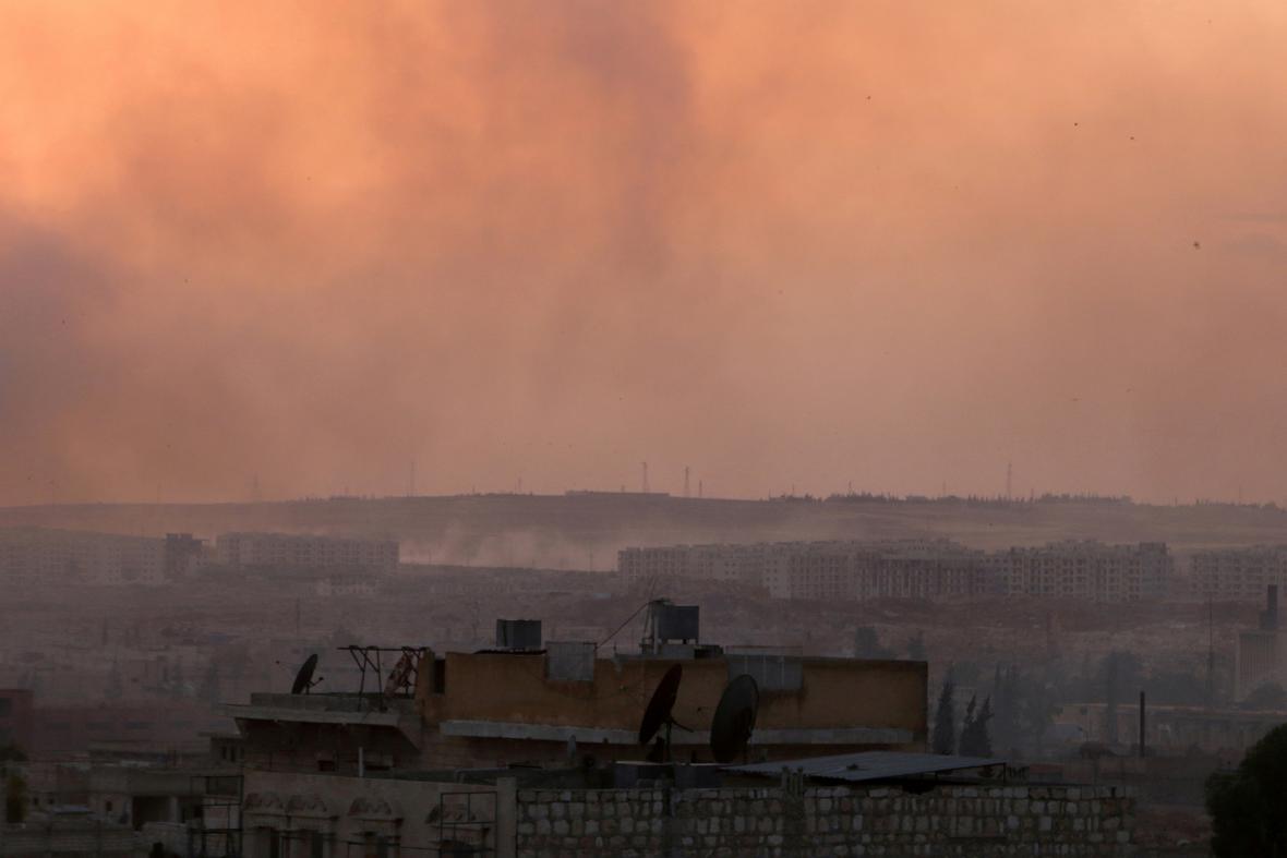 Město Aleppo ve večerním oparu