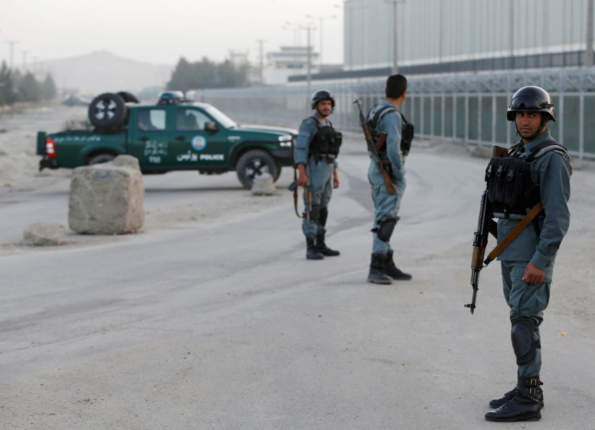 Policisté na místě výbuchu