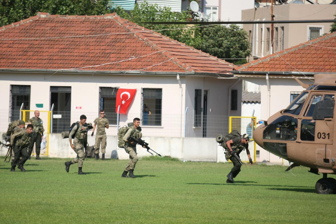 Policejní jednotky pátrají po skupině povstaleckých vojáků
