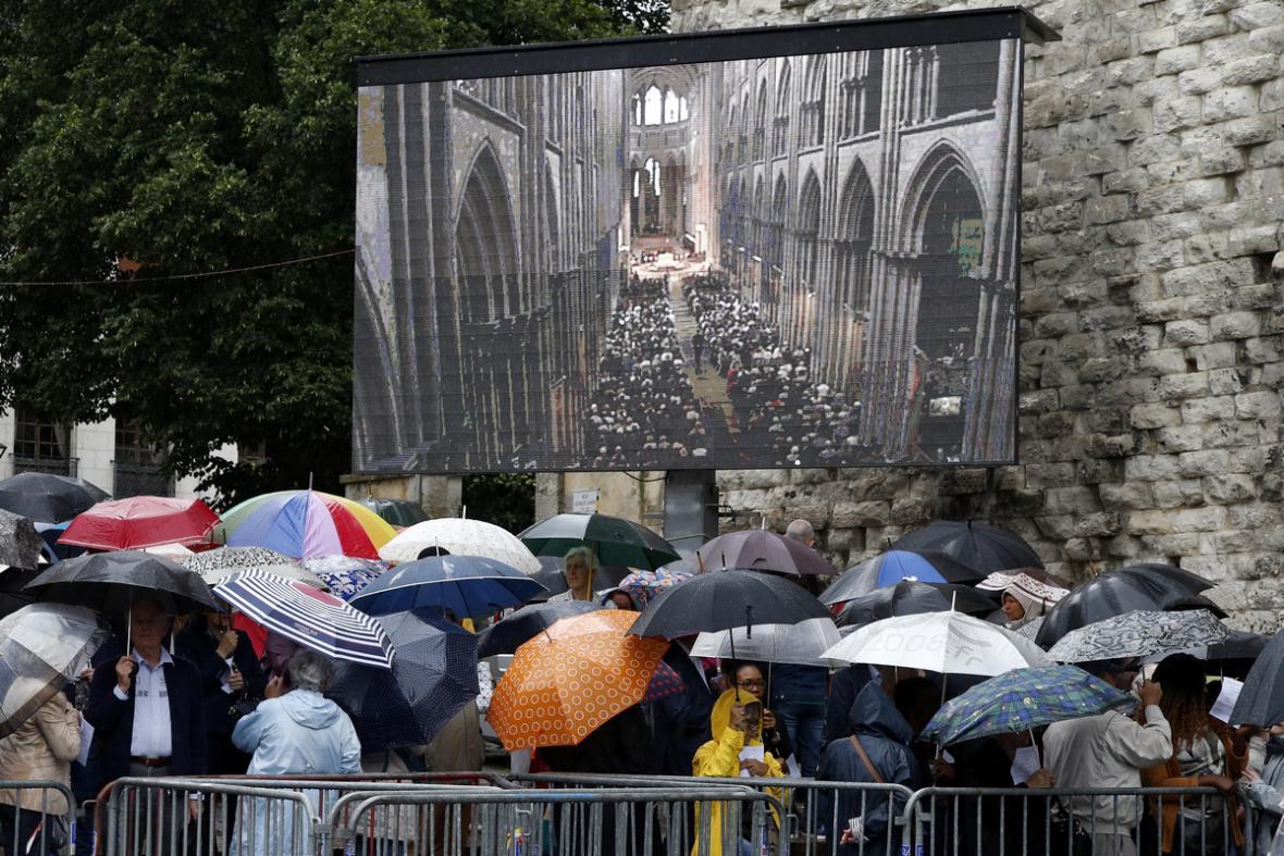 Pohřeb pětaosmdesátiletého kněze Jacquesa Hamela zavražděného v severofrancouzském Rouenu islámskými radikály