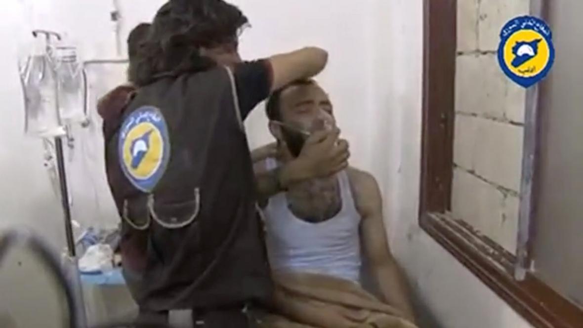 Zasažený muž po údajném útoku chlorem v Sarakíbu.