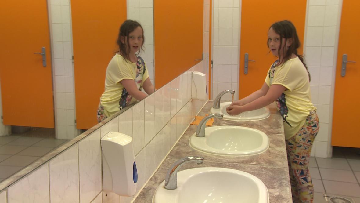 Na některých toaletách pro veřejnost v Brně se  lidé musejí spokojit jen s tekoucí vodou