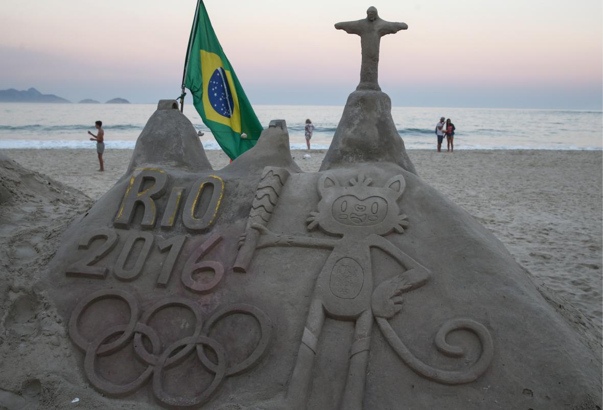 Socha z písku s olympijským motivem na proslulé pláži Copacabana