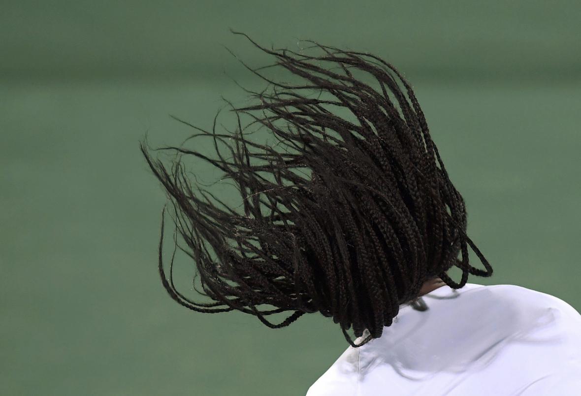 Vlající účes americké tenisové hvězdy Sereny Williamsové