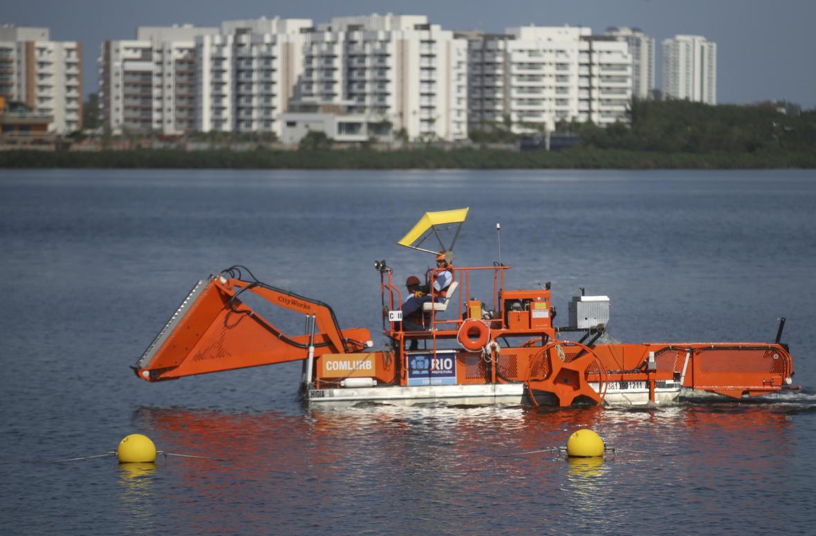 Stroj na odpadky brázdí jezero Lagoa Rodrigo de Freitas, kde se konají vodní sporty