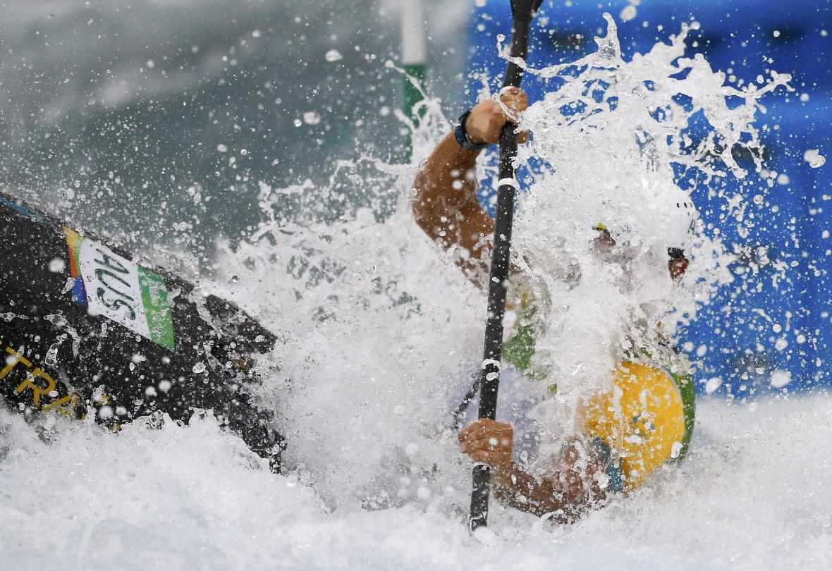 Australská vodní slalomářka Lucien Delfourová se pere s nástrahami tratě