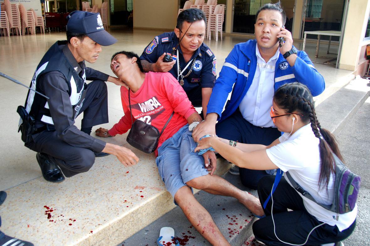 Záchranáři ošetřují v resortu Hua Hin zraněné po výbuchu