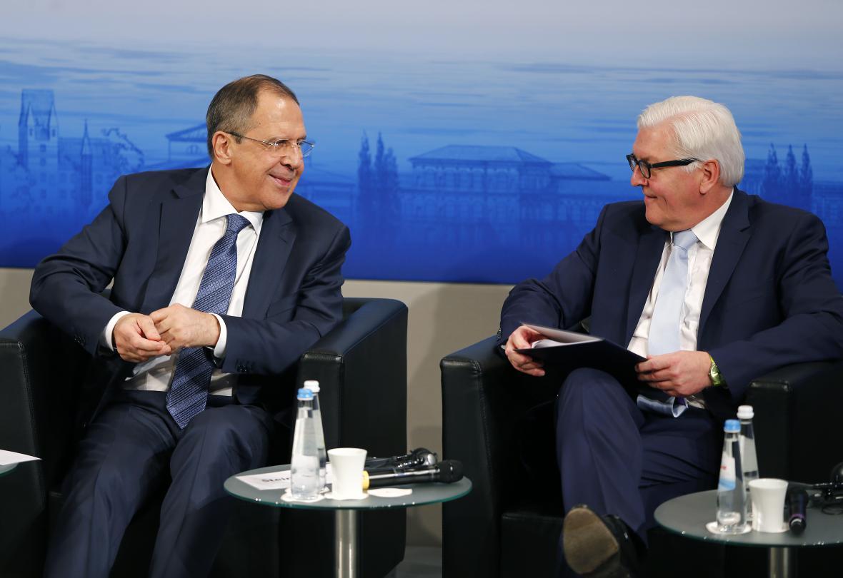 Ministři zahraničí Sergej Lavrov a Frank-Walter Steinmeier