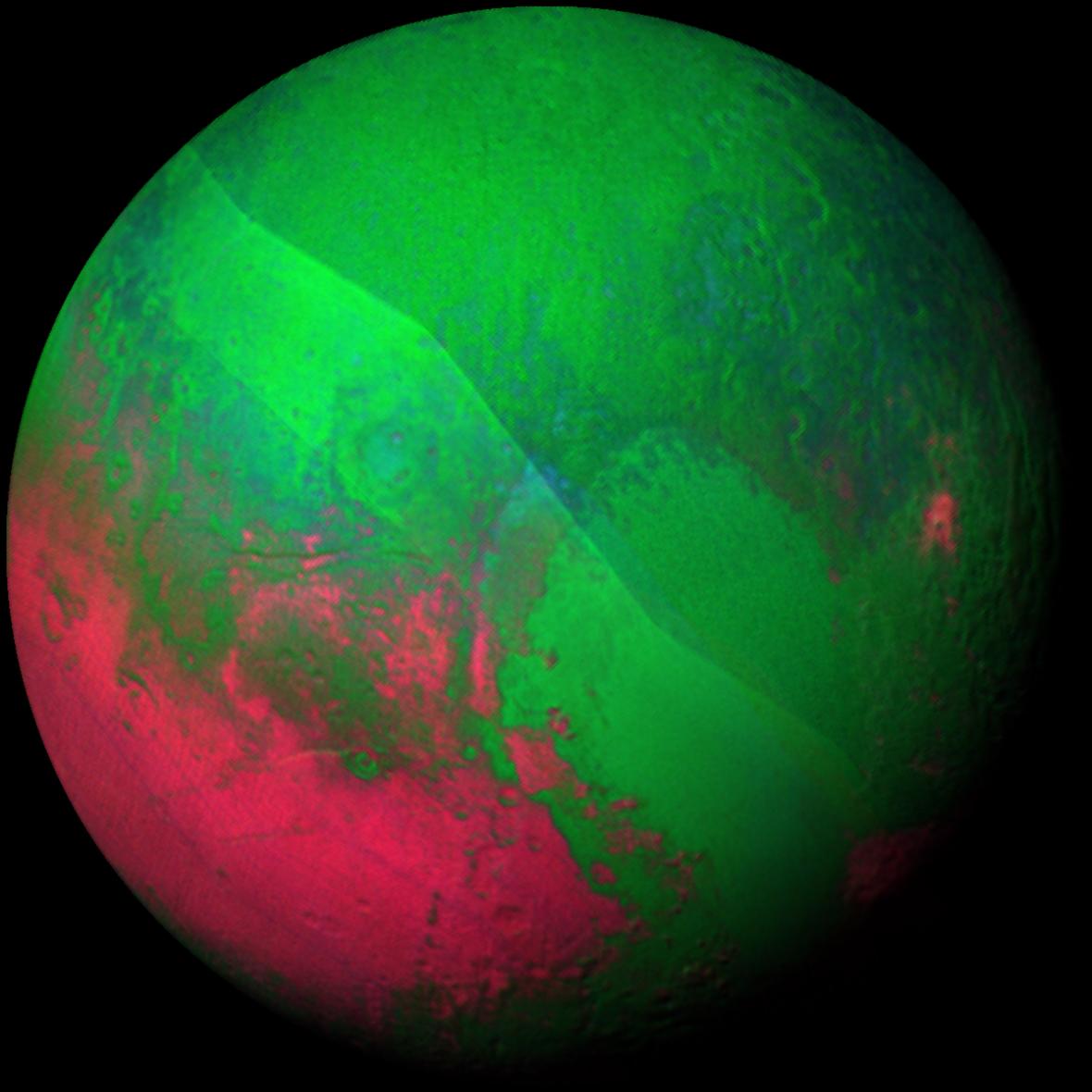 Vánoční Pluto. Na scanech z přístrojů Ralph/LEISA jsou jasně vidět teplotní rozdíly na planetě.