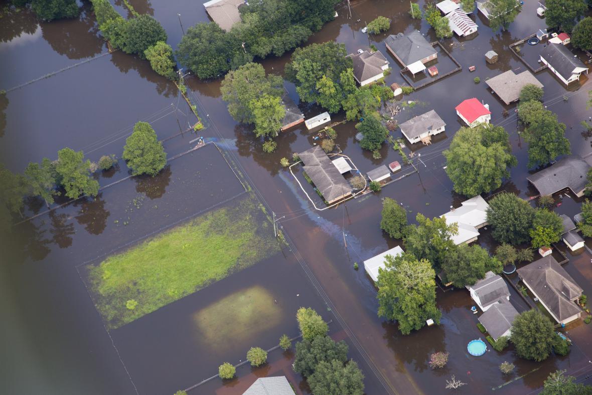 Zaplavené předměstí Sorrenta v Louisianě. Snímek ze 17. srpna