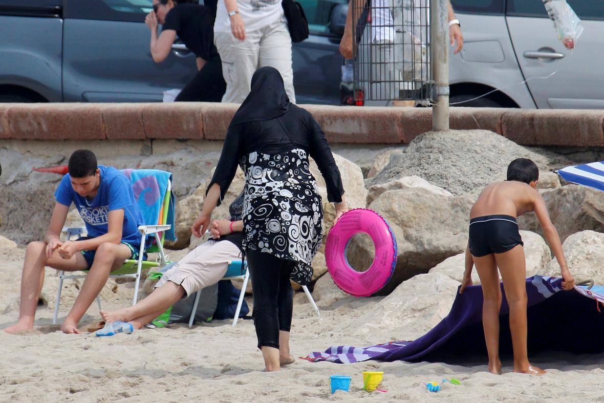 Žena oblečená v muslimských burkinách
