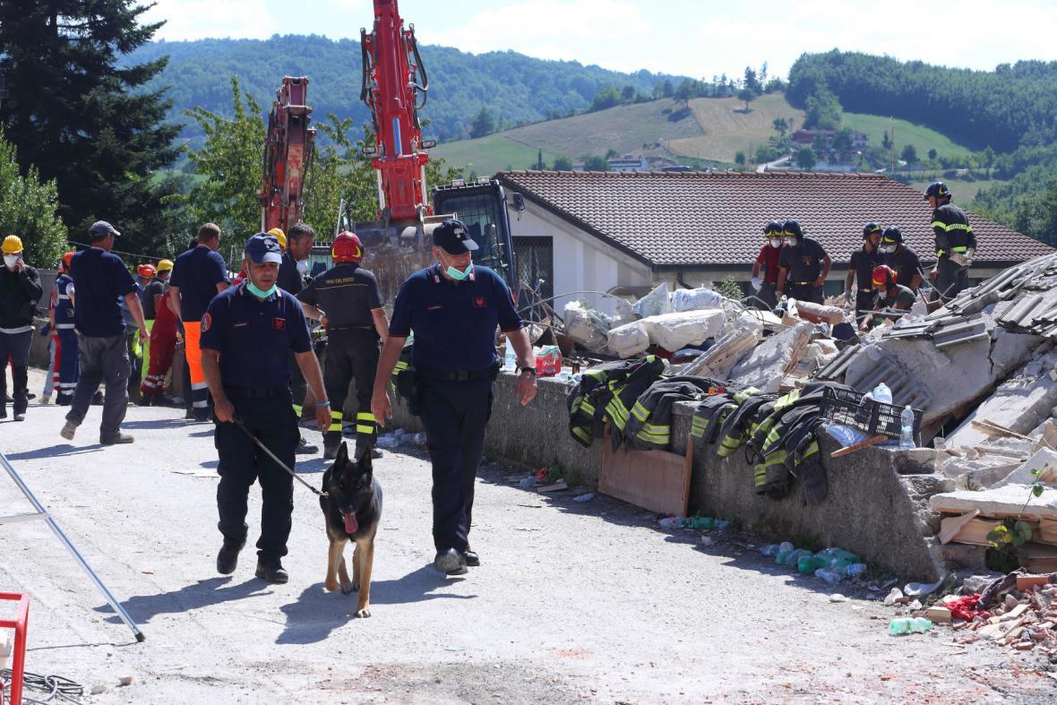 Psi záchranáři pomáhají s prohledáváním trosek po zemětřesení v Itálii
